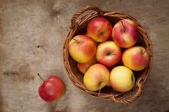 Merce nel carrello rossa delle mele Immagini Stock