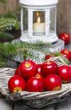 Merce nel carrello rossa delle mele Regolazione tradizionale di natale Fotografie Stock