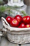 Merce nel carrello rossa delle mele Regolazione tradizionale di natale Immagine Stock