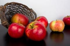 Merce nel carrello rossa delle mele su fondo di legno nero Immagine Stock Libera da Diritti