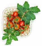 Merce nel carrello rossa fresca dei pomodori su fondo bianco Fotografia Stock