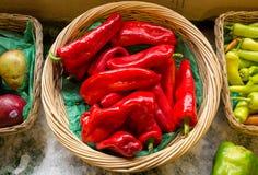 Merce nel carrello rossa matura del peperone dolce su ghiaccio Fotografia Stock