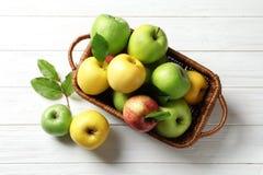 Merce nel carrello succosa delle mele sulla tavola di legno Immagine Stock