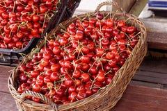 Merce nel carrello sullo scrittorio del mercato, fondo delle ciliege della ciliegia della frutta della natura Immagini Stock Libere da Diritti