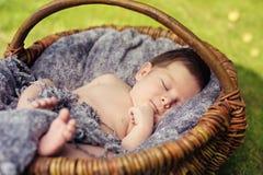 Merce nel carrello sveglia di sonno del neonato immagini stock