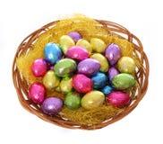 Merce nel carrello variopinta delle uova di Pasqua del cioccolato isolata Fotografia Stock