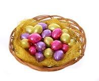 Merce nel carrello variopinta delle uova di Pasqua del cioccolato isolata Immagine Stock Libera da Diritti