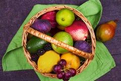 Merce nel carrello variopinta delle verdure, di frutta e delle bacche - alimento sano, dieta, disintossicazione, cibo pulito o co Fotografie Stock Libere da Diritti