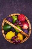 Merce nel carrello variopinta delle verdure, di frutta e delle bacche - alimento sano, dieta, disintossicazione, cibo pulito o co Fotografia Stock