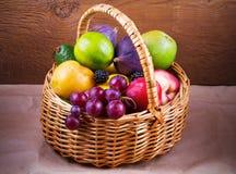 Merce nel carrello variopinta delle verdure, di frutta e delle bacche - alimento sano, dieta, disintossicazione, cibo pulito o co Immagine Stock