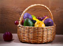 Merce nel carrello variopinta delle verdure, di frutta e delle bacche - alimento sano, dieta, disintossicazione, cibo pulito o co Fotografie Stock