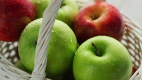 Merce nel carrello verde e rossa mista delle mele video d archivio
