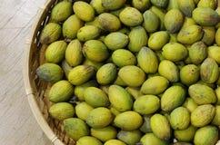 Merce nel carrello verde oliva Immagini Stock