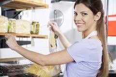 Mercearia de sorriso de Packing Cheese At da vendedora imagem de stock