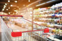 Mercearia do supermercado com fundo defocused interior das prateleiras das frutas e legumes com carrinho de compras vazio fotos de stock