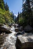 Merced flod i den Yosemite nationalparken, Kalifornien, USA Arkivfoto