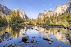 Merced flod i den Yosemite nationalparken på solnedgången Fotografering för Bildbyråer