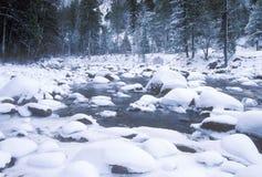 Merced flod i vinter, Yosemite nationalpark, Kalifornien Arkivbild