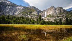 Merced flod och Yosemite Falls Fotografering för Bildbyråer