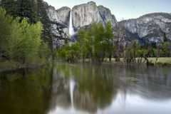Merced flod och Yosemite Falls Arkivbilder
