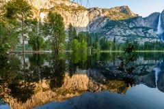 Merced flod- och Yosemite Falls landskap Arkivbild