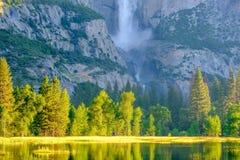 Merced flod- och Yosemite Falls landskap Royaltyfria Bilder
