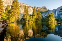 Merced flod- och Yosemite Falls landskap Royaltyfri Bild