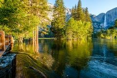 Merced flod- och Yosemite Falls landskap Arkivbilder