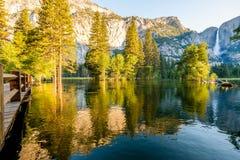 Merced flod- och Yosemite Falls landskap Royaltyfri Foto