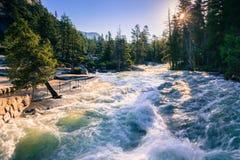 Merced flod ovanför Nevada Falls på en solig sommarmorgon, Yosemite nationalpark, Kalifornien Arkivbild