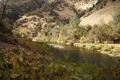 Merced flod på varm höstdag Arkivfoton