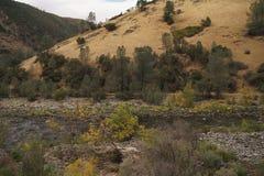 Merced flod på varm höstdag Arkivbild