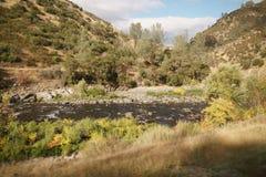 Merced flod på varm höstdag Arkivbilder