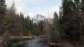 Merced Fluss und Halfdome mit Wolken Yosemite Kalifornien stock video footage