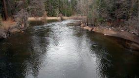 Merced Rzeczny spływanie W kierunku kamery Na Bridżowym Yosemite Kalifornia zbiory