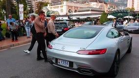 Mercedes AMG GT S voor Monte-Carlo Casino in Monaco wordt geparkeerd dat stock video