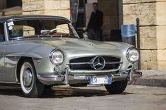 Ασημένιο το 1955 στηρίχτηκε το Mercedes-benz στο δρόμο Στοκ φωτογραφίες με δικαίωμα ελεύθερης χρήσης