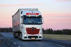 Mercedes-Benz Actros που μεταφέρει με φορτηγό στο χρόνο λυκόφατος Στοκ Εικόνα