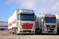 Mercedes-Benz Actros et camions rouges de l'HOMME 2551 sur une cour Images libres de droits