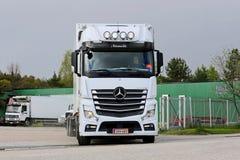 Mercedes-Benz Actros gaat Vrachtwagendepot weg Royalty-vrije Stock Afbeelding