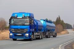 Mercedes-Benz Actros Tank Truck azul na estrada Fotos de Stock Royalty Free