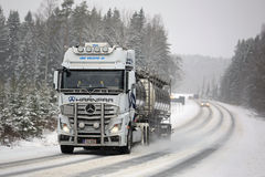 Mercedes-Benz Actros Tank Truck Pushes vooruit in de Winterweer Royalty-vrije Stock Fotografie