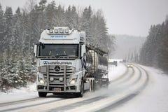 Mercedes-Benz Actros Tank Truck Pushes vorwärts im Winter-Wetter Lizenzfreie Stockfotografie