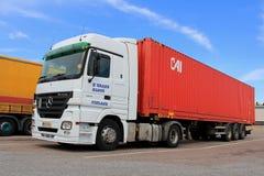 Mercedes-Benz Actros Truck et remorque blanches Image stock