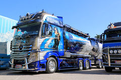 Mercedes-Benz Actros Xtar Tanker Truck i en show Royaltyfri Fotografi