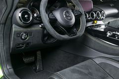 Mercedes-Benz AMG V8 2018 GTR Bi-turbo Intérieur en cuir perforé noir Tableau de bord et volant Détails d'intérieur de voiture Photographie stock