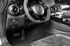 Mercedes-Benz AMG V8 GTR 2018 Bi-turbo Interno di cuoio perforato nero Cruscotto e volante Dettagli dell'interno dell'automobile  Fotografia Stock Libera da Diritti
