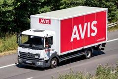 Mercedes-Benz Atego της Avis στον αυτοκινητόδρομο στοκ εικόνα