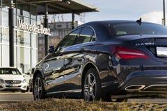 Mercedes-Benz-Autologo auf der Verkaufsstelle, die am 25. Februar 2017 in Prag, Tschechische Republik errichtet Lizenzfreie Stockfotografie