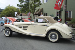 Mercedes-Benz beige 540 (1936) Vue de côté Photo stock